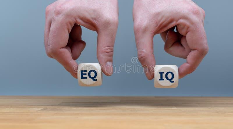 平衡的标志在情感智力和智商之间的 库存照片
