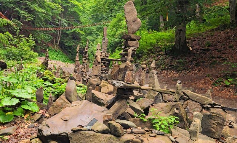 平衡的石头临近瀑布Shypit 堆石头在夏天早晨森林Zakarpattya,乌克兰里 库存照片