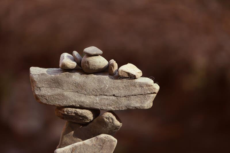 平衡的石头塔反对被弄脏的背景的 免版税图库摄影