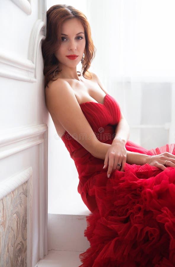 平衡的红色礼服秀丽深色的式样妇女 美丽的烦恼 库存照片