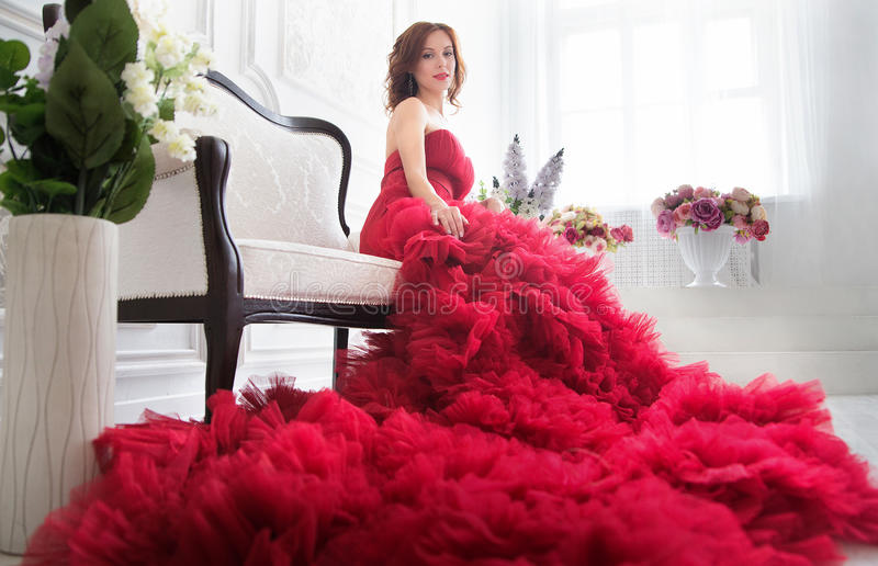 平衡的红色礼服秀丽深色的式样妇女 美丽的烦恼 免版税图库摄影