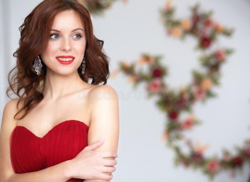 平衡的红色礼服秀丽深色的式样妇女 美丽的烦恼 免版税库存照片