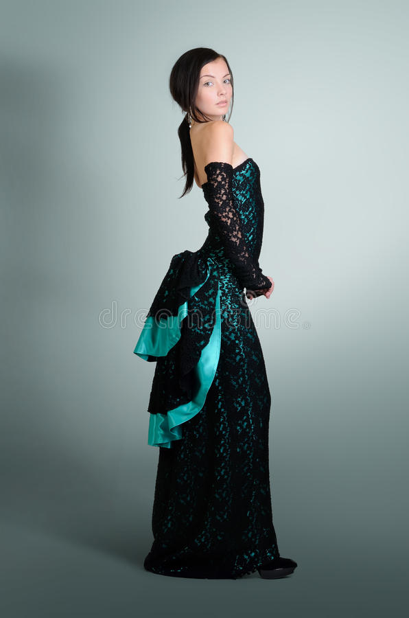 平衡的绿色礼服典雅的少妇 库存照片