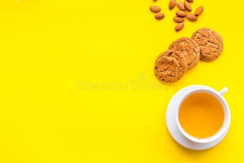 平衡的茶点心 茶,在黄色背景顶视图空间的新鲜的自创曲奇饼文本的 免版税库存图片