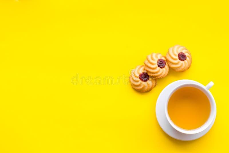 平衡的茶点心 茶,在黄色背景顶视图空间的新鲜的自创曲奇饼文本的 库存照片