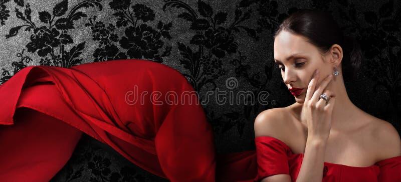 平衡红色妇女的美丽的礼服 免版税库存照片