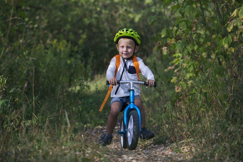 平衡自行车的一个小男孩 免版税库存照片
