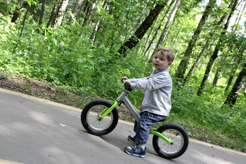 平衡自行车的孩子 免版税库存照片