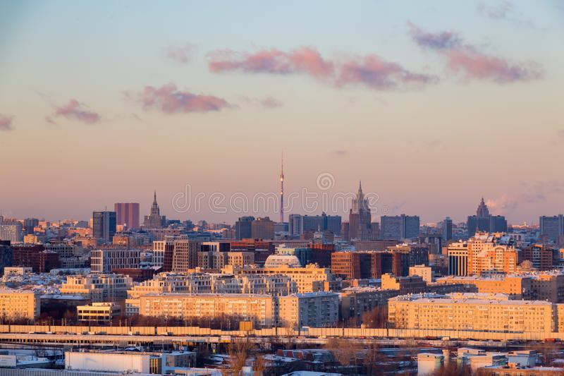 平衡莫斯科全景 33c 1月横向俄国温度ural冬天 奥斯坦基诺在天际的电视塔 免版税库存照片