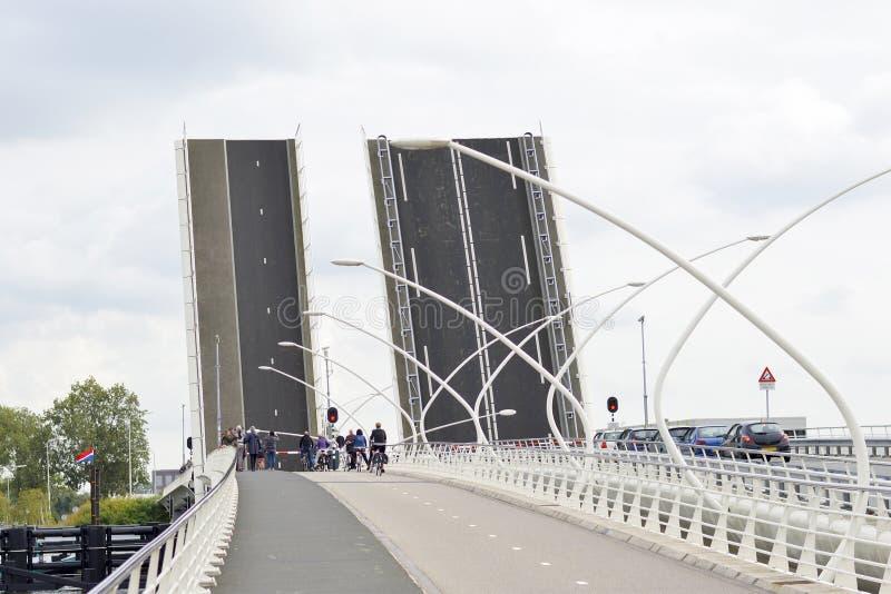 平衡装置类型被举的桥梁 免版税库存照片