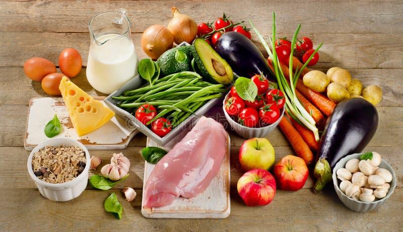 平衡饮食,烹调和健康食物概念在木桌上 库存照片