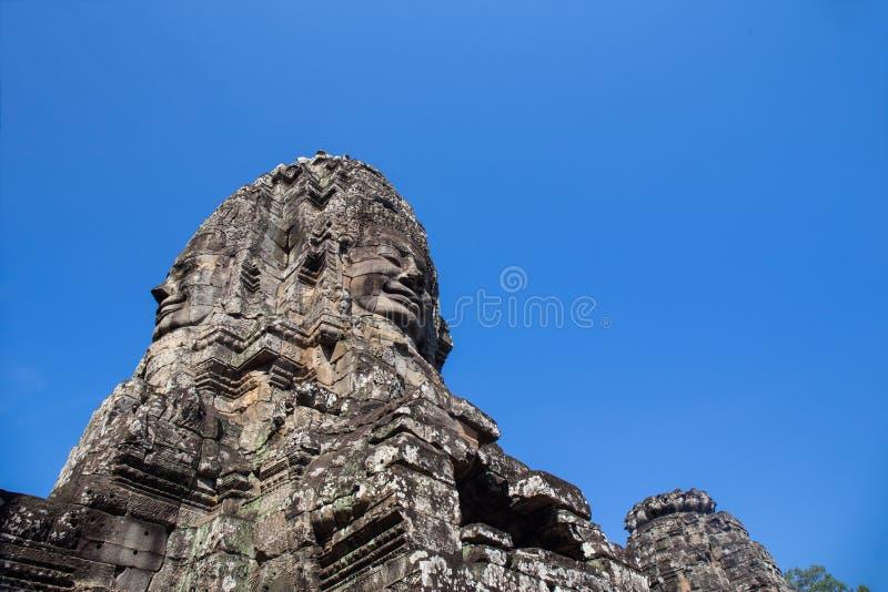平静和微笑的石面孔塔在蓝色s的Jayavarman VII 库存图片