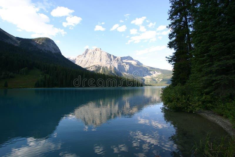 平静湖的山 库存图片