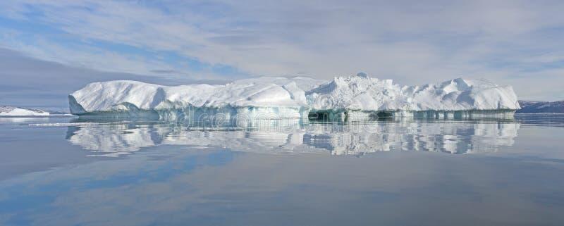 平静的冰山全景 库存图片