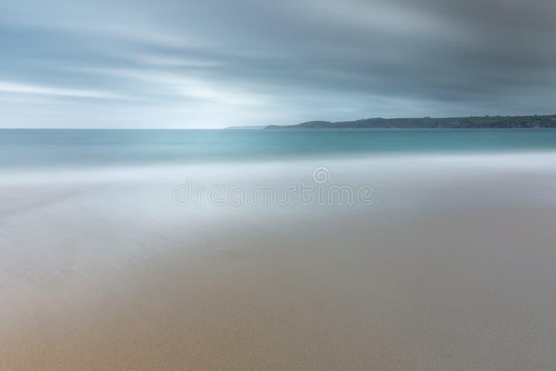 平静的海景,卡莱恩海湾,康沃尔郡 免版税图库摄影