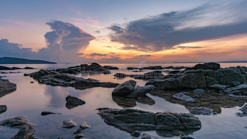 平静的石海天空背景 免版税图库摄影