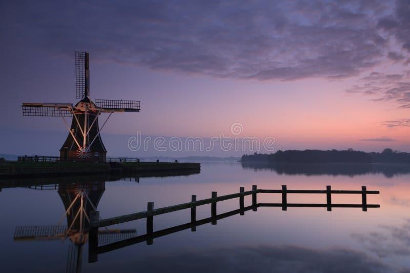 平静的风车 库存照片