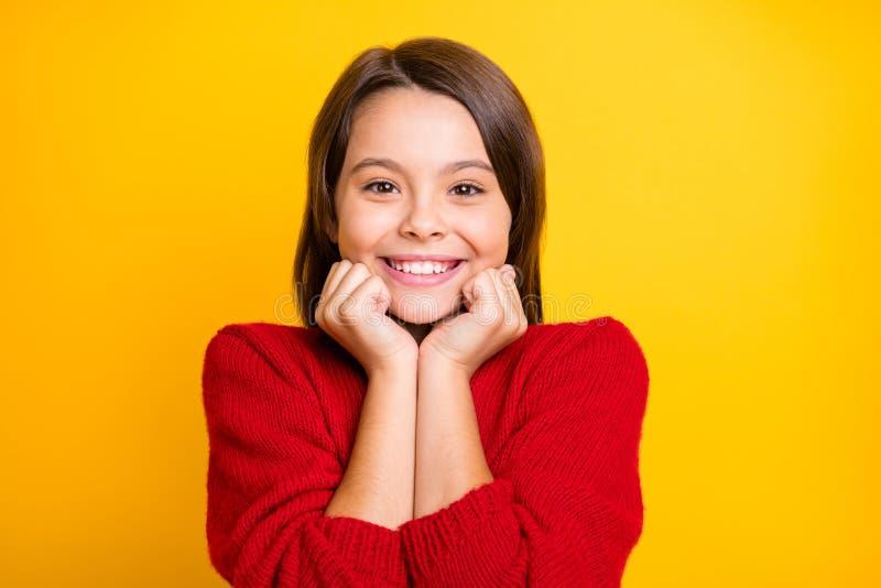 平静祥和儿童的特写:欣赏自己享受冬秋假日穿套衫 免版税库存图片