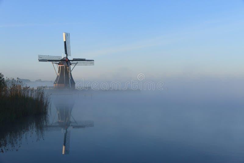 平静,有雾的风车 免版税库存照片