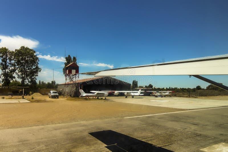 平面离开从Las杜纳斯机场柏油碎石地面  库存照片