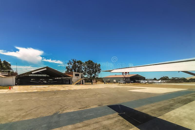 平面离开从Las杜纳斯机场柏油碎石地面  免版税库存照片