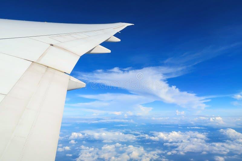 平面窗口鸟瞰图在云彩上的在蓝天下 从航空器视窗的视图 免版税图库摄影