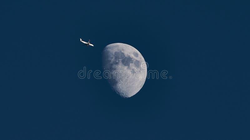 平面通过的月亮 免版税库存照片