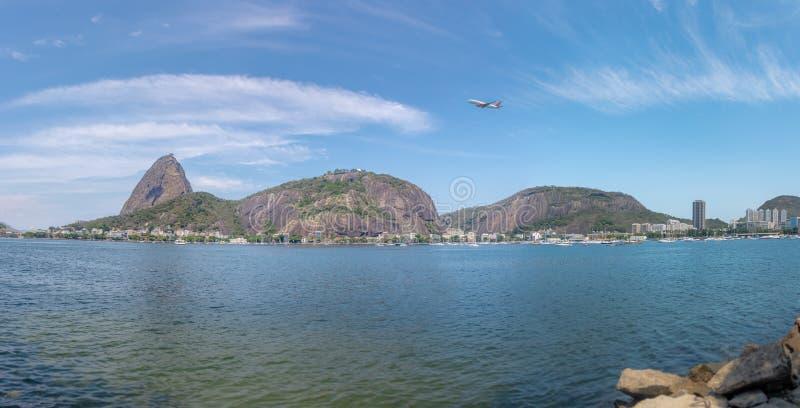 平面飞行全景在老虎山山-里约热内卢,巴西的 库存照片