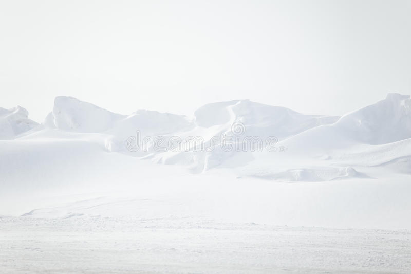 平,多雪的挪威领域一个美好,最低纲领派风景  免版税库存图片