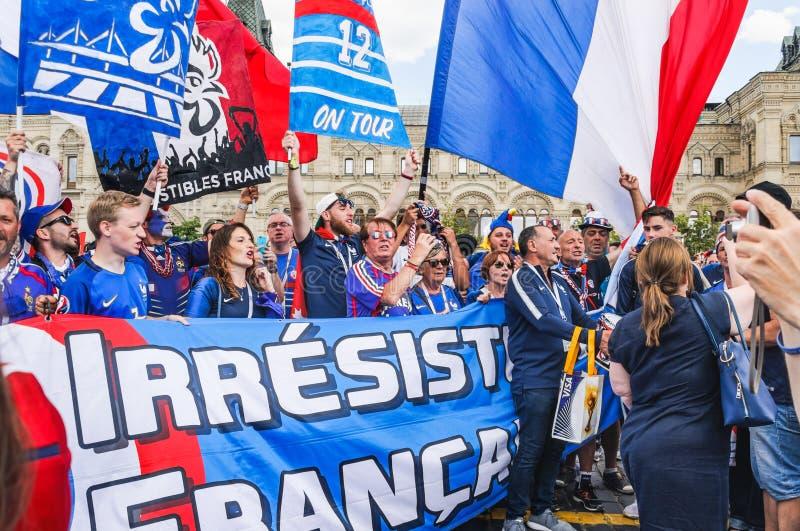 2018年世界杯足球赛 与旗子的法国在红场的爱好者和横幅 免版税库存图片