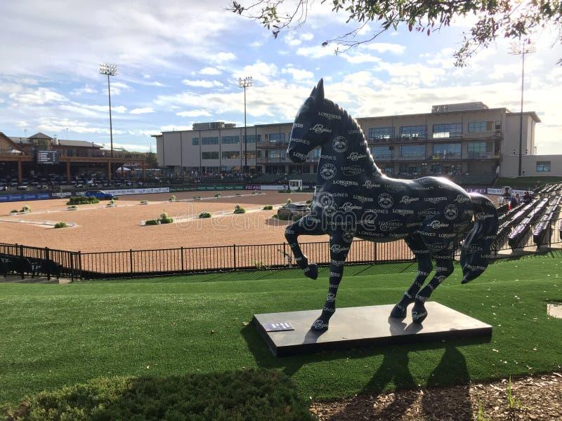 2018年世界骑马比赛-美国为与马雕象的驯马设定的信任竞技场 免版税库存照片