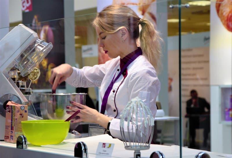 03 14 2019年俄罗斯,莫斯科 陈列现代面包店莫斯科 使用生产机器,糖果商揉奶油 库存照片