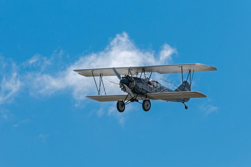 1929年刻替斯怀特旅行空气E-4000双翼飞机飞行  免版税库存图片
