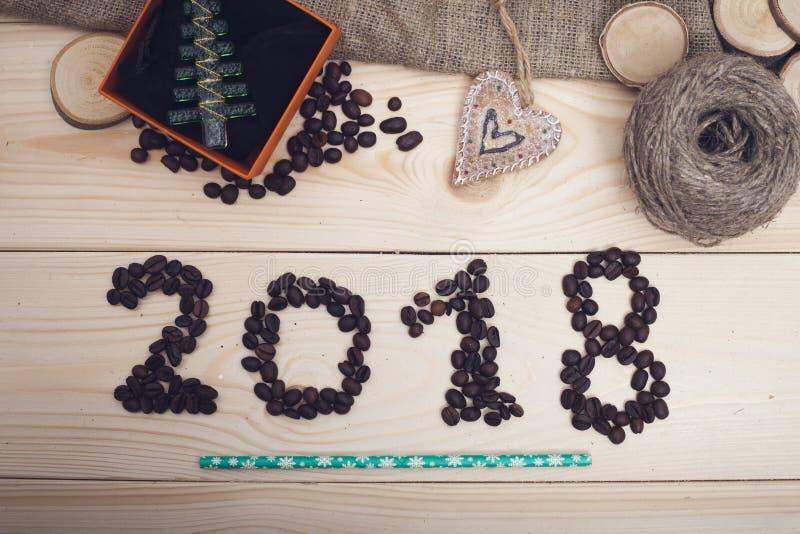 2018年咖啡豆题字、玩具圣诞树和螺纹丝球  免版税图库摄影