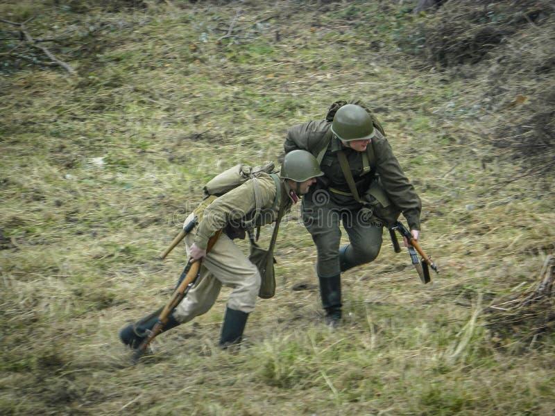 1941年在波多利斯克军事学院的纳粹队伍和军校学生的之间世界大战争斗的重建2 图库摄影