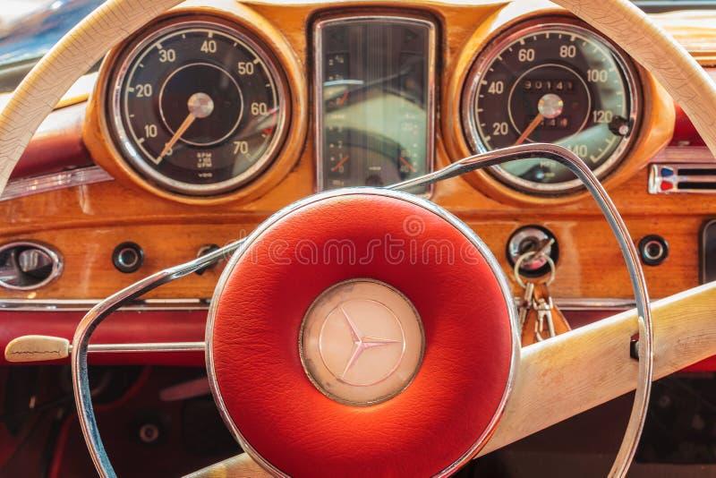 1966年奔驰车220 SE小轿车汽车的汽车内部 图库摄影