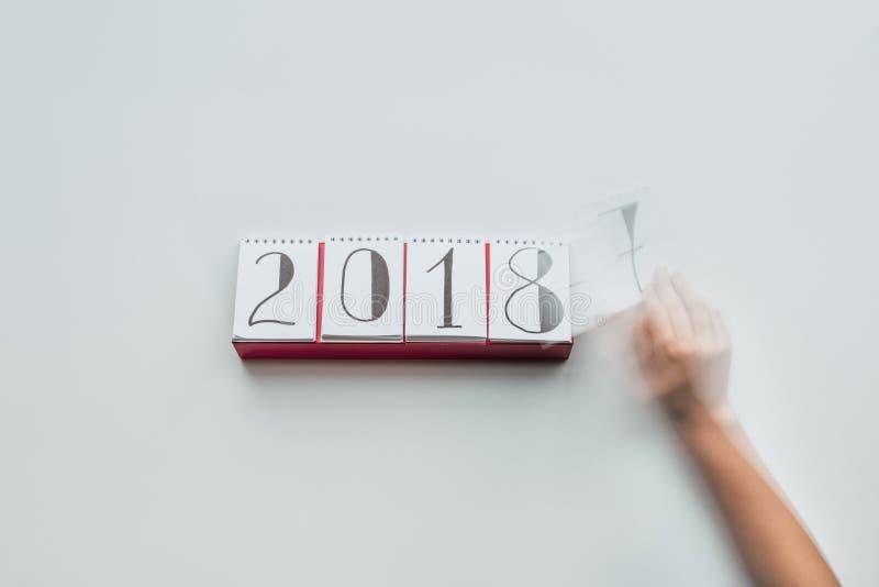 2018年妇女撕毁的日历纸播种的射击  库存照片