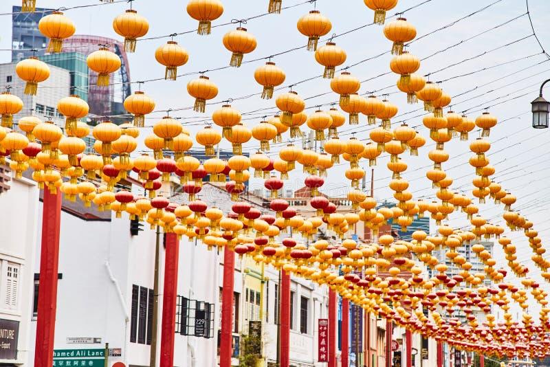 19 03 2019年新加坡:朱红色的灯笼行反对天空蔚蓝的 库存图片