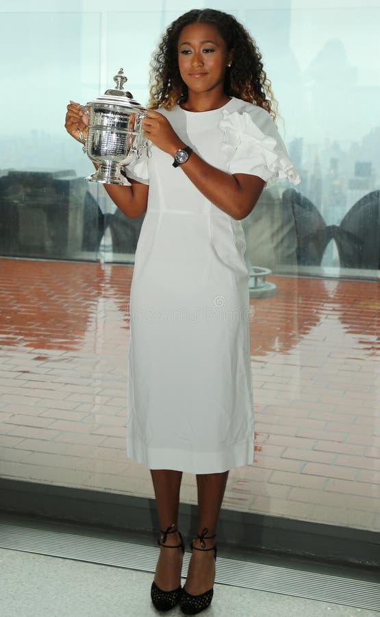 2018年日本的美国公开赛冠军Naomi大阪摆在与在岩石观察台的上面的美国公开赛战利品在洛克菲勒中心 免版税图库摄影