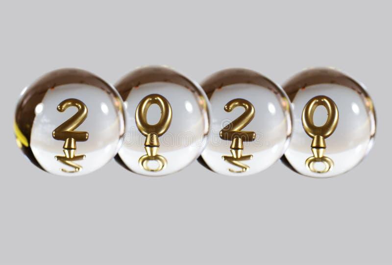 2020年的数字在水晶球的反射 免版税库存照片