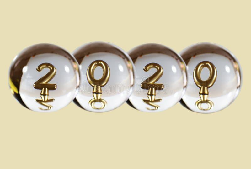 2020年的数字在水晶球的反射 免版税图库摄影
