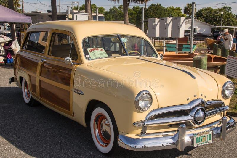 1949年福特伍迪海浪无盖货车 免版税库存照片