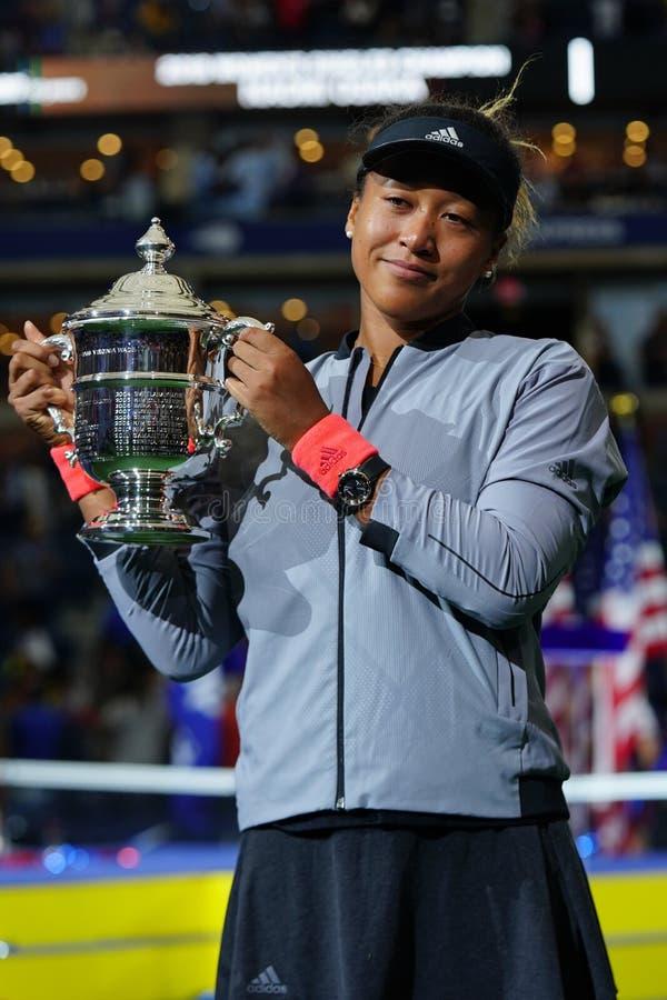 2018年美国日本的美国公开赛冠军Naomi摆在与美国公开赛战利品的大阪在战利品介绍时 图库摄影