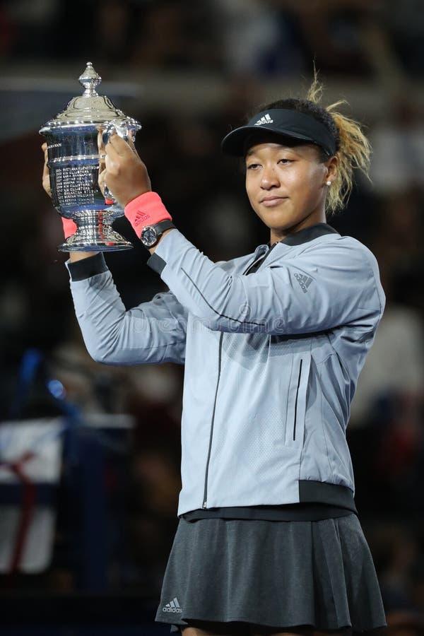 2018年美国日本的美国公开赛冠军Naomi摆在与美国公开赛战利品的大阪在战利品介绍时 库存照片