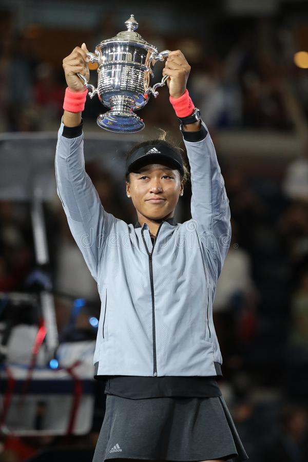 2018年美国日本的美国公开赛冠军Naomi摆在与美国公开赛战利品的大阪在战利品介绍时 库存图片
