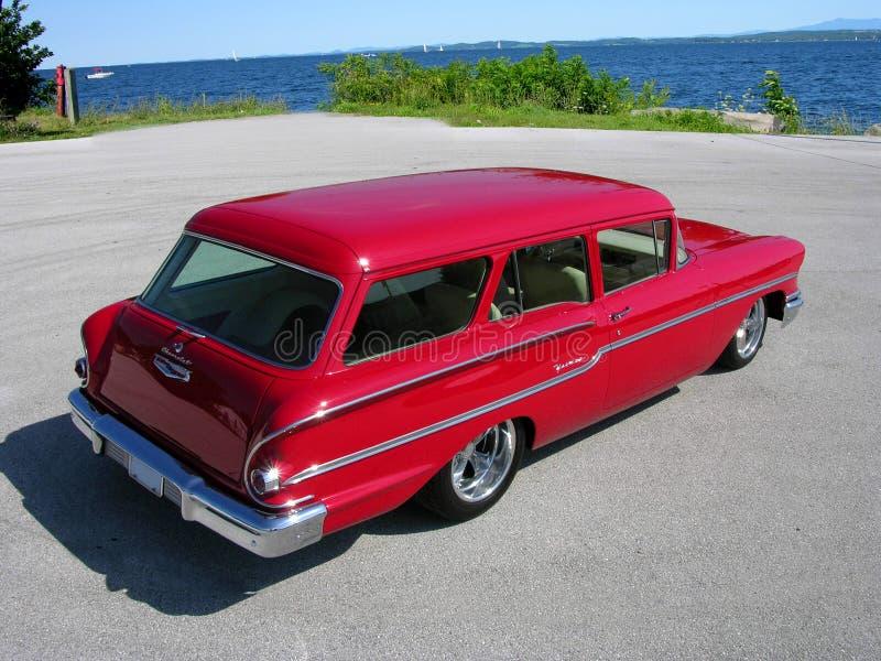 1958年薛佛列Yoeman在湖的小型客车 库存照片