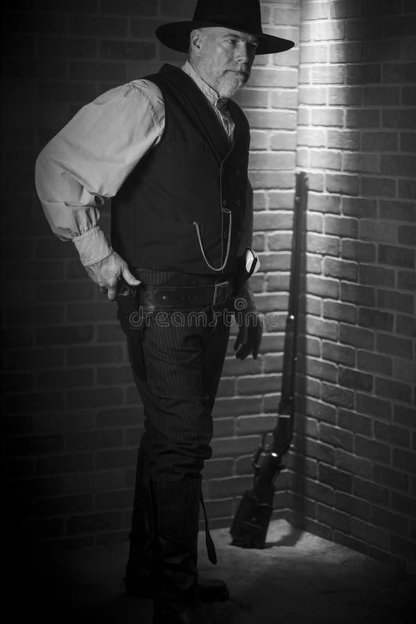 1885年西部老牛仔准备拔枪 库存照片