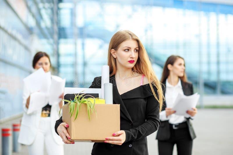 年轻专家从公司被解雇了 事业的结尾 事务的,失业,职业介绍所概念和 图库摄影