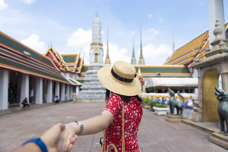 年轻中国或亚裔妇女是旅行和观光在Wat Pho寺庙里面在曼谷 免版税库存照片