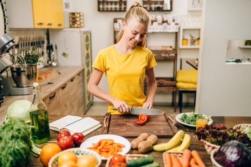 年轻主妇烹调在厨房的, eco食物 免版税库存图片